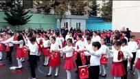Öğrencilerden Bayrak gösterisi 29 Ekim